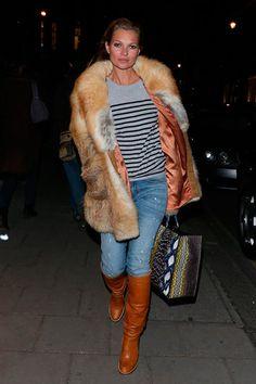 En sus últimas apariciones, Kate Moss se ha apoyado en los abrigos de piel para combatir el frío. Con un abrigo todoterreno como este, no hay quien note el invierno