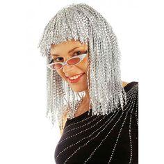 Vicky, die Disco Party Perücke in Silber für Damen glitzert mit Ihren Augen um die Wette. Die Gute-Laune-Perücke besteht aus vielen silberfarbenen Lamettafäden, die locker vom Kopf bis auf die Schulter fallen. Der gerade, kurze Pony reicht nicht bis zu den Augenbrauen. Die einzelnen Lamettastreifen sind gekreppt, wodurch der tolle Glitzereffekt der Perücke verstärkt wird. Mit der Disco Perücke Vicky im Metallic Look können Sie Ihre Verkleidung zur Disco Queen der 80er Jahre perfekt ergänzen…