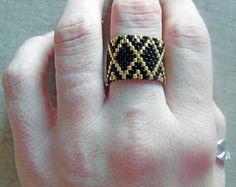 Bague tissée en perles Miyuki ethnique noir et doré tissage peyote amérindienne huichol. Taille 52-54