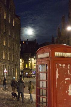 Vollmond über dem Grass Market in Edinburgh mit roter britischer Telefonzelle Foto: Robert B. Fishman,