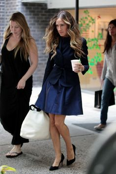 2011 09 12 Sarah Jessica Parker leaves an office building in the West Villag the cool business outfit black and navy are da bomb