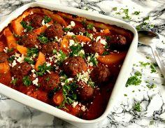 Den lækreste opskrift på skønne, græske kødboller i fad med tomat og kartofler. En rigtig familie-favorit, hvor alt tilberedes på én gang i et fad i ovnen.