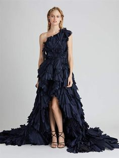 Shop for Oscar de la Renta One-Shoulder Silk-Taffeta Gown and designer Gowns and Caftans at the official ODLR website. Gala Dresses, Evening Dresses, Long Dresses, Formal Gowns, Strapless Dress Formal, Formal Wear, Full Length Gowns, Cocktail Gowns, Silk Taffeta