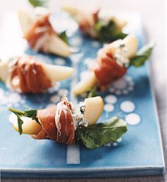 Pears With Blue Cheese and Prosciutto Pear Recipes, Fruit Recipes, Holiday Recipes, Christmas Recipes, Christmas Apps, Christmas Dinners, Finger Food Appetizers, Appetizers For Party, Appetizer Recipes