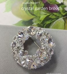 【crystal garden シリーズ】 〜studio room*t考案〜 フリーレッスン生徒様作品 お揃いのブローチとリングを作る事が出来る人気の作品です。 スワロフスキーのクリスタル色を思う存分楽しんで頂けます❤️ #グルーデコ #グルーデコ® #studioroomt #お揃いアクセサリー #スワロフスキー