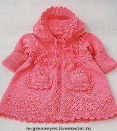 Красивое вязаное пальто для маленькой девочки.