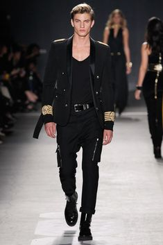 After months of buildup, the big night is finally here. See all of the looks from the Balmain x H&M fashion show here now. Foto Fashion, Fashion Show, Mens Fashion, Fashion Tips, Fashion Design, Suit Fashion, Fashion Weeks, Paris Fashion, Fashion Trends
