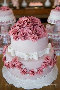 S pretty wedding cake adorned with pink roses made of sugar. Wedding Cake Roses, Elegant Wedding Cakes, Wedding Cake Designs, Fancy Cakes, Cute Cakes, Fondant Cakes, Cupcake Cakes, Bolo Fack, Rodjendanske Torte