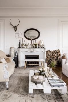 A modern rustic bohemian living room design with an eclectic mix of neutral decor - Unique : unique-living-rooms - designwebi.com