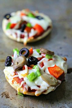 Homemade Mini Bagel Pizza Bites - Learn how easy it is to make homemade pizza sauce to top mini bagels. You can top them with natural and organic ingredients @Walmart. #DiscoverWhatsGood