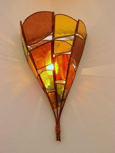 applique en lamelles de verre coloré tenues par un bouquet de fils de cuivre