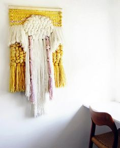 Make wall hanging decoration yourself- Wandbehang Deko selber machen To decorate a wall in an original and elegant way can be done very simply by creative handi … - Weaving Textiles, Weaving Art, Loom Weaving, Tapestry Weaving, Tapestry Wall, Diy Y Manualidades, Art Textile, Weaving Projects, Woven Wall Hanging
