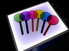 Lolliops of coloured cellophane Sensory Lights, Sensory Art, Sensory Rooms, Diy Toys And Games, Lead Boxes, Art For Kids, Crafts For Kids, Montessori Science, Light Board