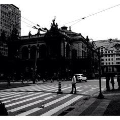 Foto tirada na lateral do Shopping Light, com vista para o Theatro Municipal, no centro de São Paulo.