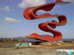 A obra de aço que aponta para o mar foi inaugurada em junho de 2008, na extremidade do emissário submarino, no Parque Municipal Roberto Mário Santini (José Menino), Santos- SP. Integrada à orla, em cor vermelha, de forma abstrata, com 20m de comprimento, 15m de altura e 2m de largura, a escultura a céu aberto da conceituada artista plástica TomieOhtake é uma referência na cidade.  #MonumentoTomieOhtake #SantosSP #Arte #DanielKalil #DanielKalilArquitetura #Referência #PontoTurístico…