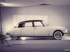 I can't tell a Renault from a Peugeot nowadays. But I can tell this Citroën DS was one of the most beautiful cars ever built. Luxury Sports Cars, Classic Sports Cars, Sport Cars, Classic Cars, Retro Cars, Vintage Cars, Lamborghini, Ferrari, Psa Peugeot Citroen