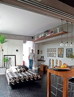 Com muitas plantas e conforto, o apartamento do gerente de marketing Gustavo Morcelli  é seu canto de sossego. Tijolos aparentes e piso ebanizado são a base que dá masculinidade ao projeto do arquiteto Renato Mendonça e da paisagista Claudia Muñoz
