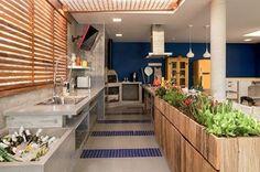 #17decoraçõescomplantas - A varanda desta casa é o xodó do casal que adora receber. Por isso, a arquiteta Ana Yoshida (@anayoshidainteriores) incluiu no projeto uma horta sobre o armário de demolição. Alecrim, manjericão, hortelã, tomilho, salsinha, cebolinha e pimentas crescem logo atrás da bancada de trabalho feita de concreto! Veja mais infos em casavogue.com.br #casavogue #decoração #horta #paisagismo