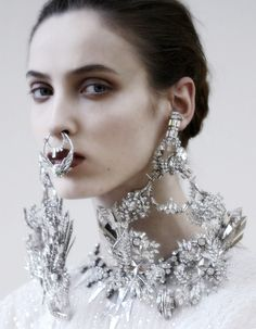 Another Detail pic from Givenchy's Spring 2012 haute couture collection. Love the necklace/earrings. Do not love the nose ring hanging over the mouth. Kate Moss, Mode Lookbook, Color Plata, Laura Ashley, Trends 2018, A Boutique, Fashion Details, Bling Bling, Septum Ring