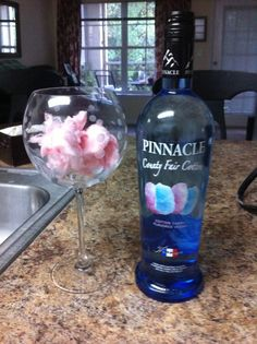 Cotton candy, pinnacle vodka cotton candy flavored and ginger ale! Fun Drinks Alcohol, Vodka Drinks, Bar Drinks, Alcoholic Drinks, Beverages, Cocktail Drinks, Pinnacle Recipes, Pinnacle Vodka, Cotton Candy Cocktail