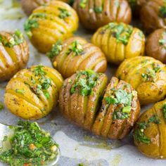 This is simply the best Herb Roast Potatoes Recipe. Picture herb butter smothered Hasselback-style potatoes roasted till crispy on the outside and tender on the inside. Herb Roasted Potatoes, Roasted Potato Recipes, Herb Roasted Chicken, Healthy Potatoes, Jalapeno Recipes, Mini Potatoes, Hasselback Potatoes, Parmesan Recipes, Healthy Recipes