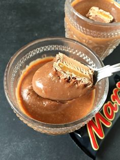 Wow - love this 2 Ingredient Mars Bar Chocolate Mousse Delicious Chocolate Caramel Mousse made with just two ingredients - mars bars and double cream! So simple and incredibly easy Pudding Desserts, Pudding Recipes, Dessert Recipes, Caramel Mousse, Caramel Pudding, Chocolate Caramels, Chocolate Desserts, Cooking Cake, Cooking Recipes