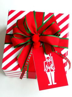 Christmas gift wrapping ideas DIY crafts ToniK ⓦⓡⓐⓟ ⓘⓣ ⓤⓟ #Christmas DIY #crafts Red & white carolyneroehm.com