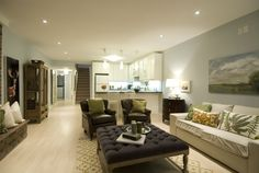 helles, geräumiges Wohnzimmer mit Einbauküche im Keller einrichten