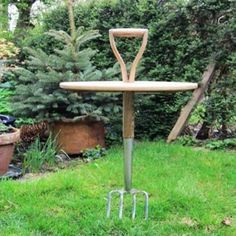 Fork Table by Natalie Sampson, 6 Creative Backyard Ideas and DIY Project Inspirations Turn a pitchfork into a garden table you can put just about anywhere! via Lush HomeTurn a pitchfork into a garden table you can put just about anywhere! via Lush Home Diy Garden Projects, Garden Crafts, Garden Art, Green Garden, Garden Kids, Eco Green, Garden Whimsy, Garden Junk, Glass Garden