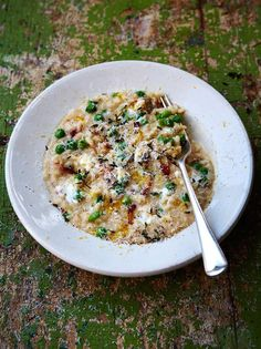 A gorgeously oozy bacon and pea risotto recipe from Jamie Oliver. This one even includes goat's cheese for an extra creamy risotto recipe. Risotto Recipes, Rice Recipes, Veggie Recipes, Vegetarian Recipes, Cooking Recipes, Healthy Recipes, Healthy Food, Goat Cheese Recipes, Icing Recipes