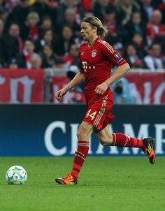Anatoliy Tymoshchuk of Muenchen runs with the ball during the UEFA Champions League quarter-final second leg match at Allianz Arena on April 3, 2012 in Munich, Germany.