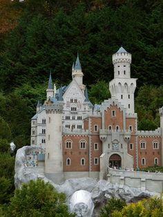 3回目の更新です。今度はドイツとオランダの史跡を見てみましょう。↑お城ですね♪まず、変な話しますけど日本のお城とヨーロッパのお城って物凄く違いますよね。姫路城…
