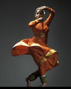 Dance Photography Poses, Dance Poses, Dance Paintings, Indian Paintings, Folk Dance, Dance Art, Indiana, Kathak Dance, Cultural Dance