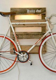 Suporte de parede para bike feito com palete