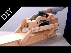 This is the second rig system. I made a plane with a parallel link mechanism. 【plan】 The plan is distributed to those who support JSK-koubou. Woodworking Projects That Sell, Woodworking Jigs, Diy Wood Projects, Homemade Router Table, Homemade Tools, Farm Tools, Wood Tools, Diy Furniture Videos, Drill Press Table