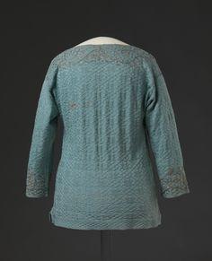 Betegnelse: Trøye  Teknikk og materiale: Håndstrikket av silkegarn, håndbrodert med metalltråd og metallpaljetter, håndsydd  Produsent: Ukjent  Produksjonssted: Ukjent  Datering: Siste halvdel av 1600-tallet