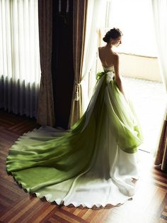 白とグリーンのバイカラードレスは後ろ姿もこの上なく優雅  グラデーションに染められたオーガンジーをたっぷりと使用し、軽やかなボリュームと大人...