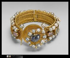 6th century, 7th century, période protobyzantine (395-610) (période)  Technic/Material :  émeraude, gold (metal), pearl (material), quartz, sapphire, solid silver  Production site :  Istanbul (origine), site de production incertain  Diameter :  0.200 m.  Location :  Etats-Unis, New-York, The Metropolitan Museum of Art