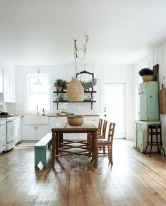 my scandinavian home: A Dated Home Becomes a Fresh, Modern Farmhouse (by Leanne Ford for HGTV).