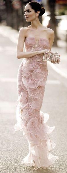 Eugenia Silva . Espanhola das mais elegantes, também, com uma pele e um cabelo desses........ Trabalha na HOLA.  Ps: como segurar uma cluth corretamente.