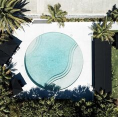 🌟Tante S!fr@ loves this📌🌟 Pools For Small Yards, Small Backyard Pools, Swimming Pool Designs, Swimming Pools, Club Design, House Design, Byron Beach, Round Pool, Honeymoon Style