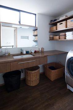 (撮影 : 母倉知樹) 専門家:奥野八十八が手掛けた、洗面所-木の洗面カウンター(『岡本の家』木の温もりを感じる心地よい住まい)の詳細ページ。新築戸建、リフォーム、リノベーションの事例多数、SUVACO(スバコ)
