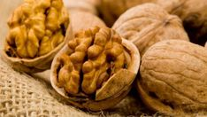 Walnuts are packed with omega 3 fatty acids, which are necessary for cellular repair. They also strengthen the skin's natural sun-barrier function. Healthy Fats List, Healthy Life, Healthy Eating, Healthy Brain, Brain Food, Weight Loss Diet Plan, Good Fats, Omega 3, Kraut