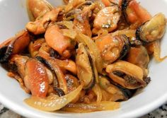 Mejillones encebollados Seafood Dishes, Fish And Seafood, My Favorite Food, Favorite Recipes, Kiss The Cook, Mussels, Fish Recipes, Chicken Wings, Shrimp