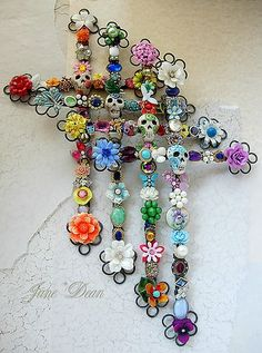 These are amazing! Day of the Dead crosses -- made with beads and bits of broken jewelry. So creative! Day Of The Dead Party, Day Of The Dead Skull, Day Of Dead, Halloween Crafts, Halloween Decorations, Mexican Holiday, Holiday Day, Cross Art, Arts And Crafts