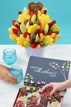 Make mom smile with a unique gift shell love this Mothers Day! Fruit arrangements will make Mother's Day extra sweet: fast and easy shipping with Edible Arrangements®. Edible Fruit Arrangements, Edible Bouquets, Edible Flowers, Mothers Day Decor, Mothers Day Brunch, Healthy Cookie Recipes, Healthy Cookies, Argentina Food, Argentina Recipes