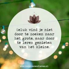 Geluk zoeken Best Quotes, Life Quotes, Decorative Plates, Inspirational Quotes, Christmas Ornaments, Words, Holiday Decor, Happy, Geluk