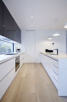 New kitchen interior grey colour schemes ideas Modern Grey Kitchen, Timber Kitchen, Grey Kitchen Designs, Gray And White Kitchen, Minimalist Kitchen, Modern Kitchen Design, Kitchen Flooring, Interior Design Kitchen, Modern Kitchen Cupboards