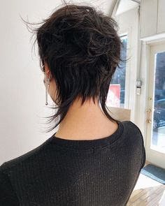 Short Punk Hair, Short Hair Undercut, Undercut Hairstyles, Pretty Hairstyles, Short Haircut, Hair Color Chocolate Mauve, Medium Hair Styles, Curly Hair Styles, Mullet Hairstyle