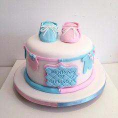 Bolo Chá Revelação de pasta americana com sapatinhos azul e rosa de pasta americana Baby Shower Cakes, Baby Reveal Cakes, Gender Party, Butter Dish, Boy Or Girl, Biscuits, Desserts, Gender Reveal, Food